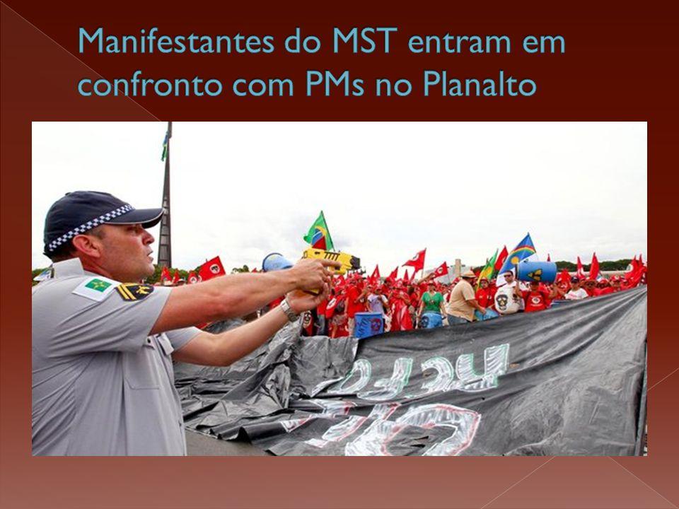 Manifestantes do MST entram em confronto com PMs no Planalto