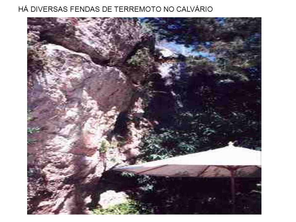 HÁ DIVERSAS FENDAS DE TERREMOTO NO CALVÁRIO