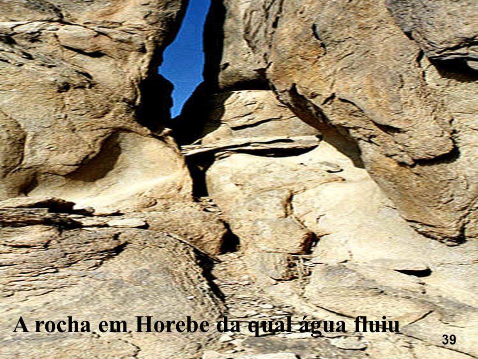 A rocha em Horebe da qual água fluiu