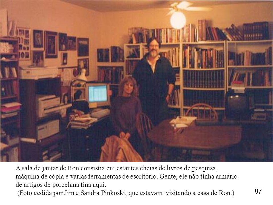 A sala de jantar de Ron consistia em estantes cheias de livros de pesquisa, máquina de cópia e várias ferramentas de escritório. Gente, ele não tinha armário