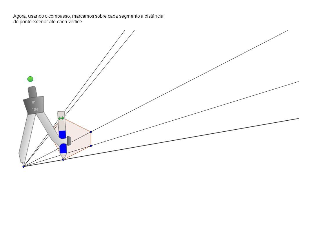 Agora, usando o compasso, marcamos sobre cada segmento a distância do ponto exterior até cada vértice.