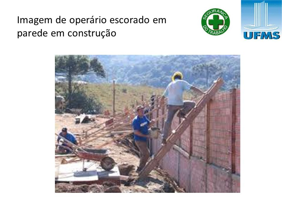Imagem de operário escorado em parede em construção