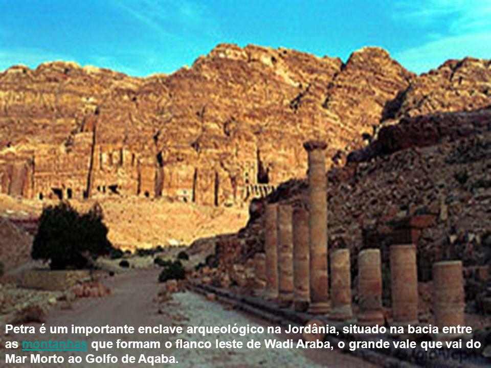 Petra é um importante enclave arqueológico na Jordânia, situado na bacia entre as montanhas que formam o flanco leste de Wadi Araba, o grande vale que vai do Mar Morto ao Golfo de Aqaba.