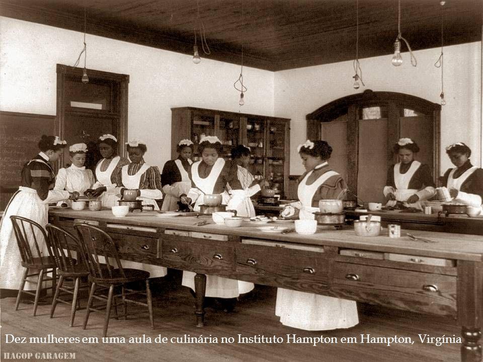 Dez mulheres em uma aula de culinária no Instituto Hampton em Hampton, Virgínia