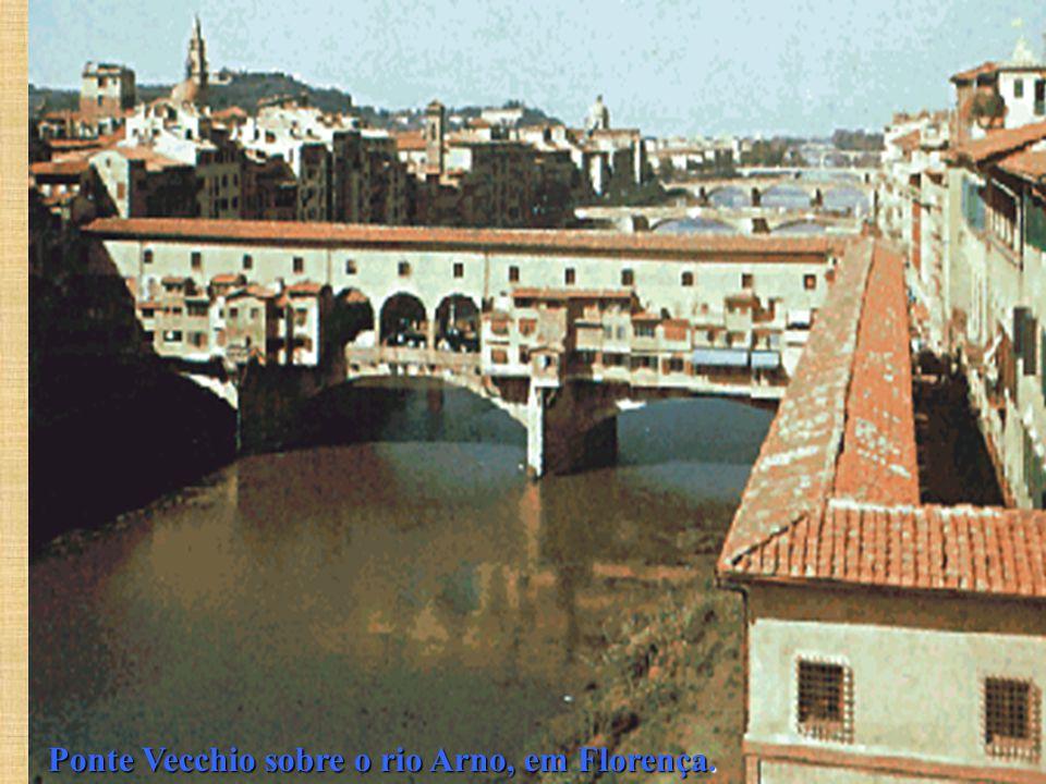 Ponte Vecchio sobre o rio Arno, em Florença.
