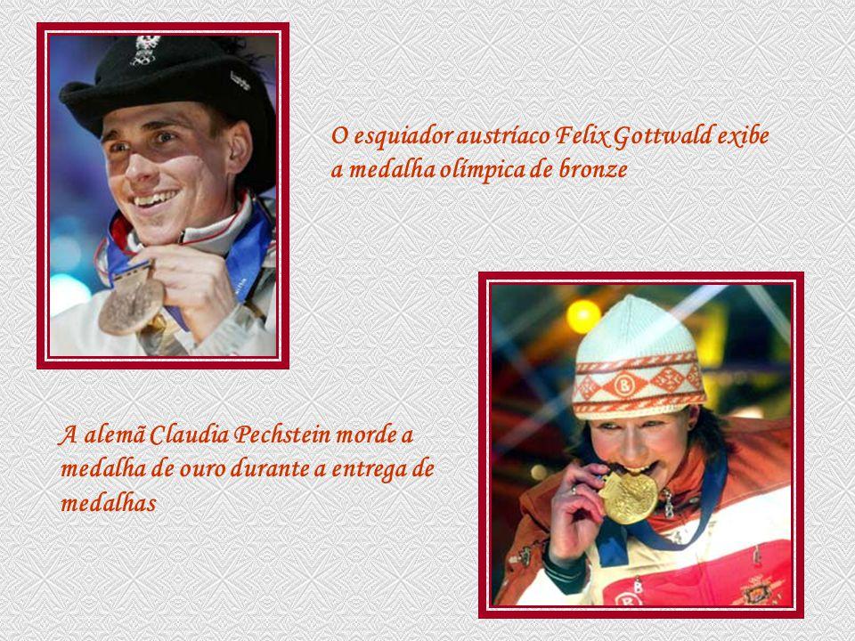 O esquiador austríaco Felix Gottwald exibe a medalha olímpica de bronze