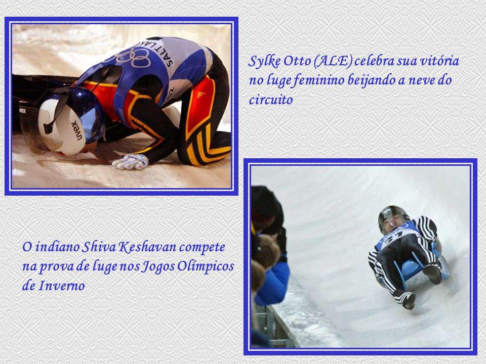 Sylke Otto (ALE) celebra sua vitória no luge feminino beijando a neve do circuito