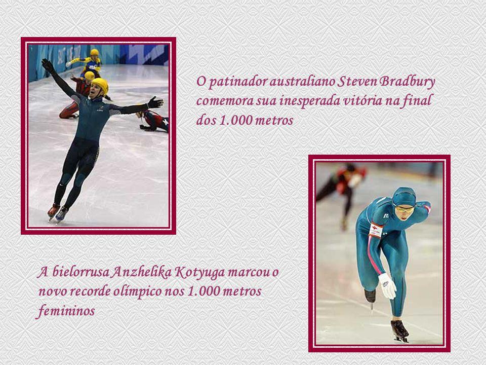 O patinador australiano Steven Bradbury comemora sua inesperada vitória na final dos 1.000 metros