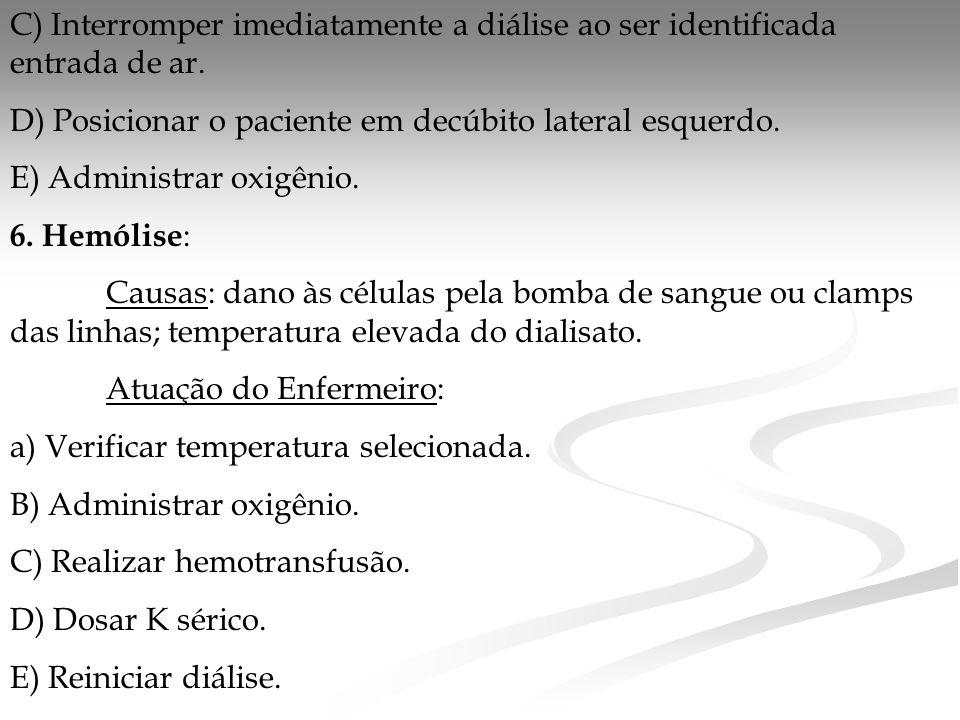 C) Interromper imediatamente a diálise ao ser identificada entrada de ar.