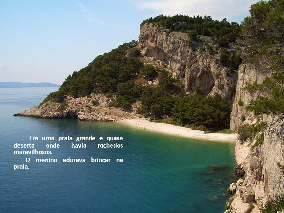 Era uma praia grande e quase deserta onde havia rochedos maravilhosos.