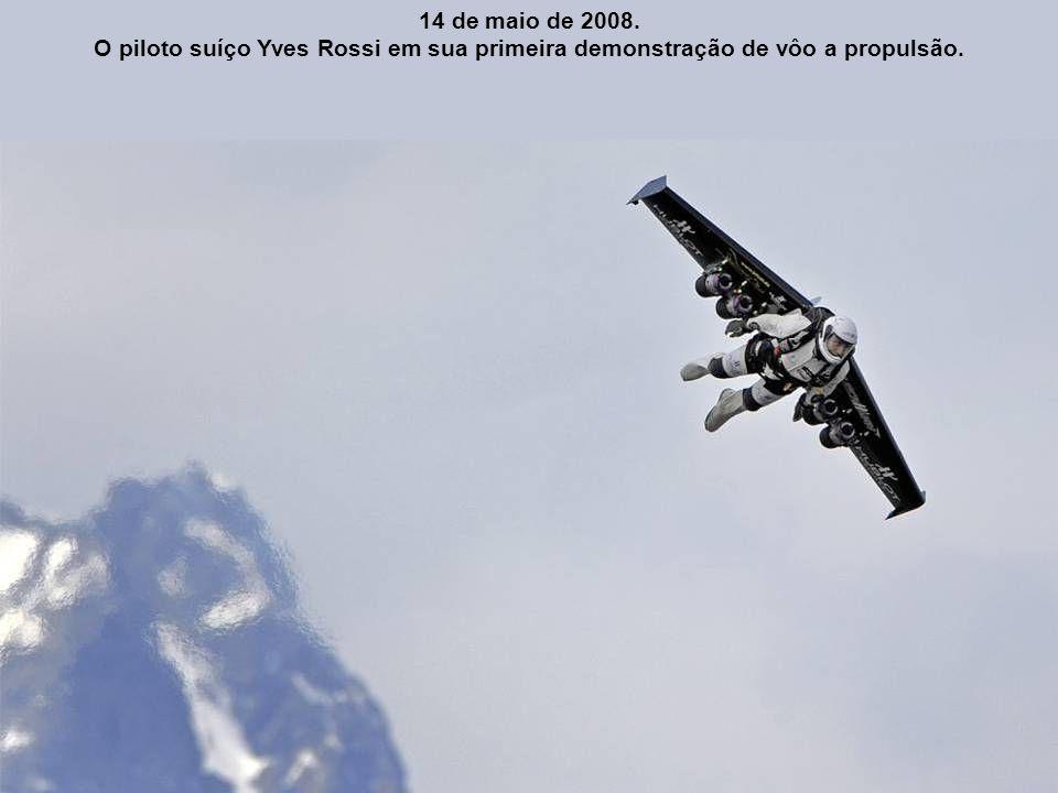 14 de maio de 2008. O piloto suíço Yves Rossi em sua primeira demonstração de vôo a propulsão.