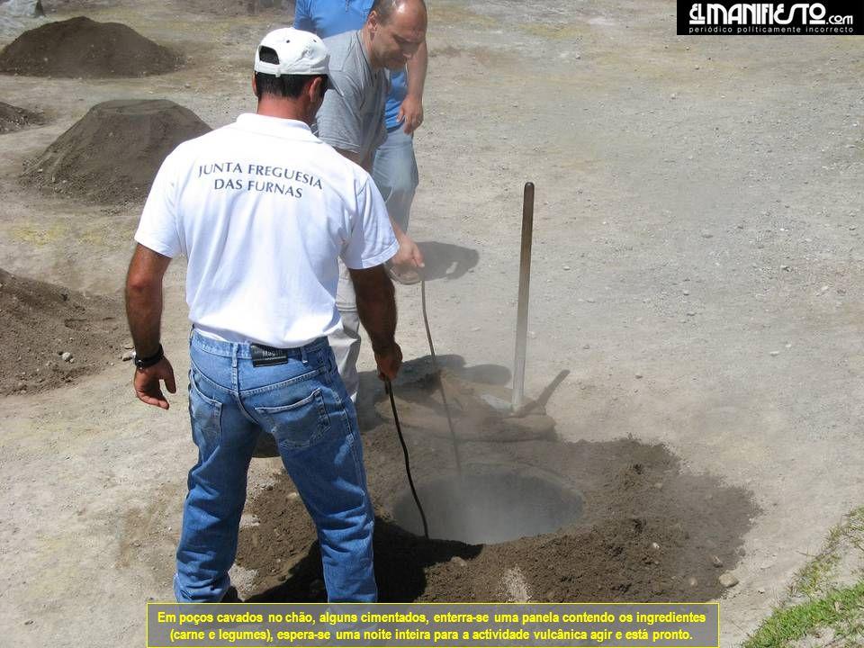 Em poços cavados no chão, alguns cimentados, enterra-se uma panela contendo os ingredientes (carne e legumes), espera-se uma noite inteira para a actividade vulcânica agir e está pronto.