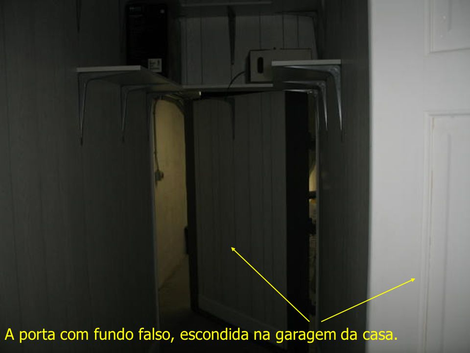 A porta com fundo falso, escondida na garagem da casa.