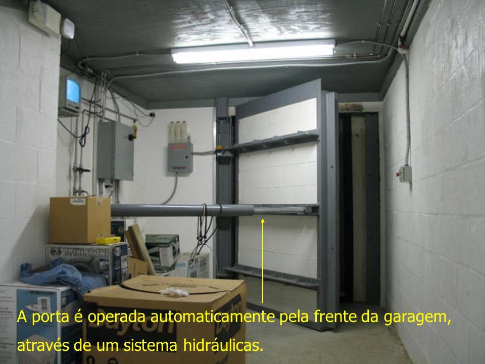 A porta é operada automaticamente pela frente da garagem,