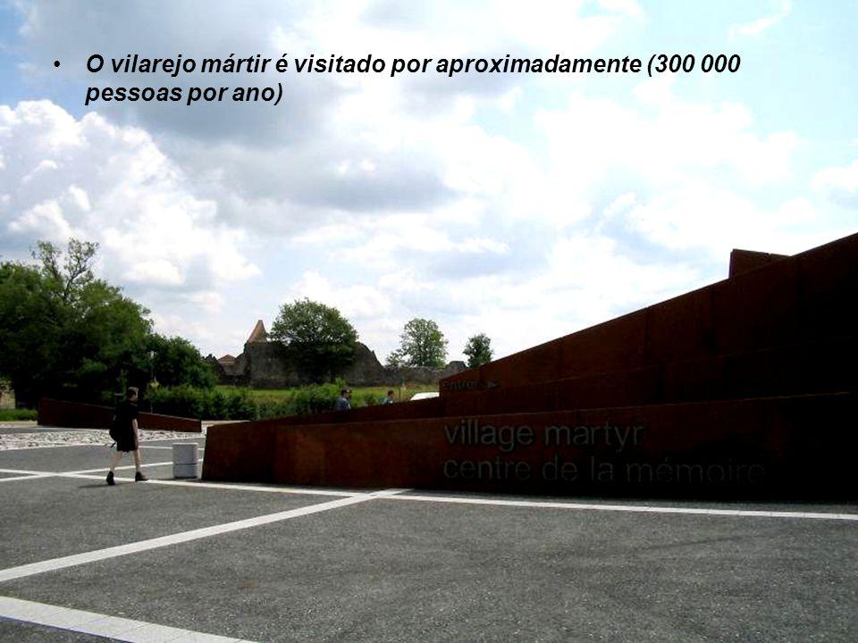 O vilarejo mártir é visitado por aproximadamente (300 000 pessoas por ano)