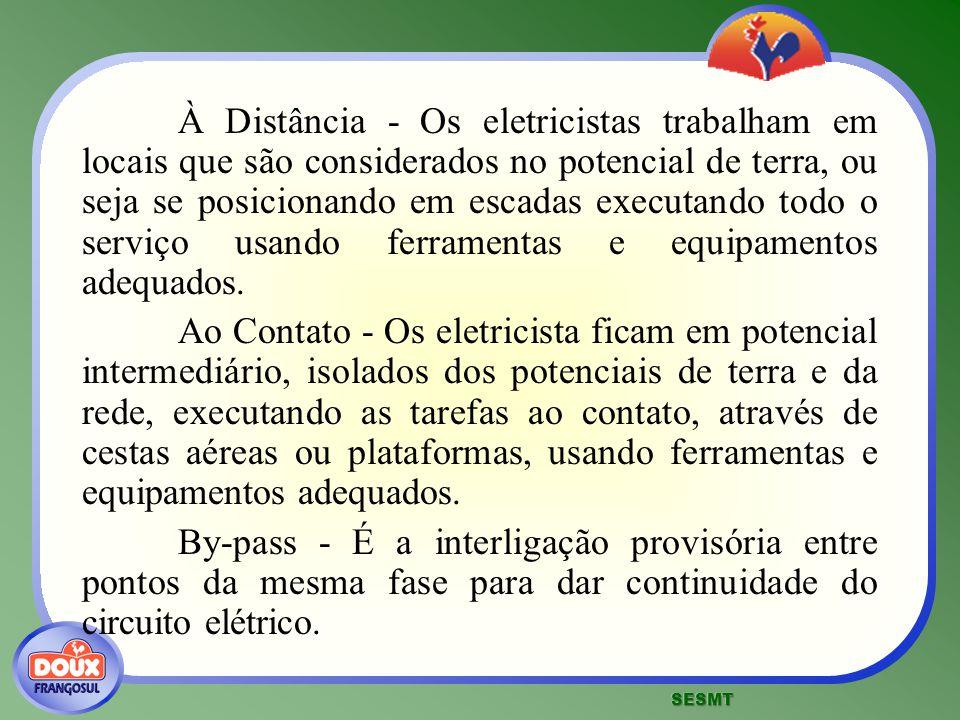 À Distância - Os eletricistas trabalham em locais que são considerados no potencial de terra, ou seja se posicionando em escadas executando todo o serviço usando ferramentas e equipamentos adequados.