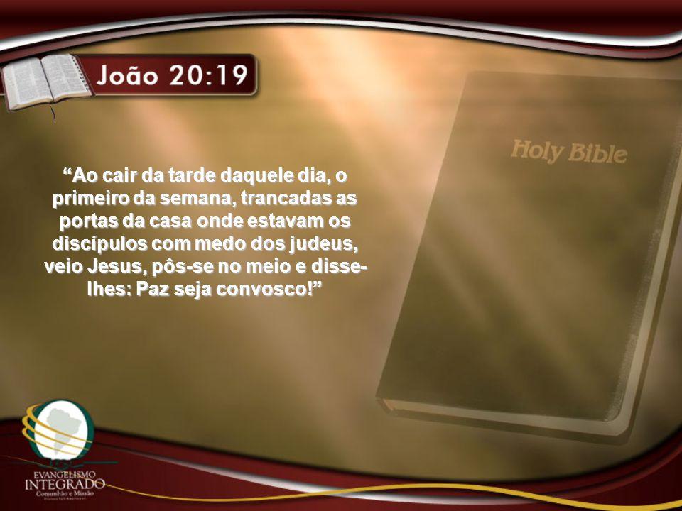 Ao cair da tarde daquele dia, o primeiro da semana, trancadas as portas da casa onde estavam os discípulos com medo dos judeus, veio Jesus, pôs-se no meio e disse-lhes: Paz seja convosco!