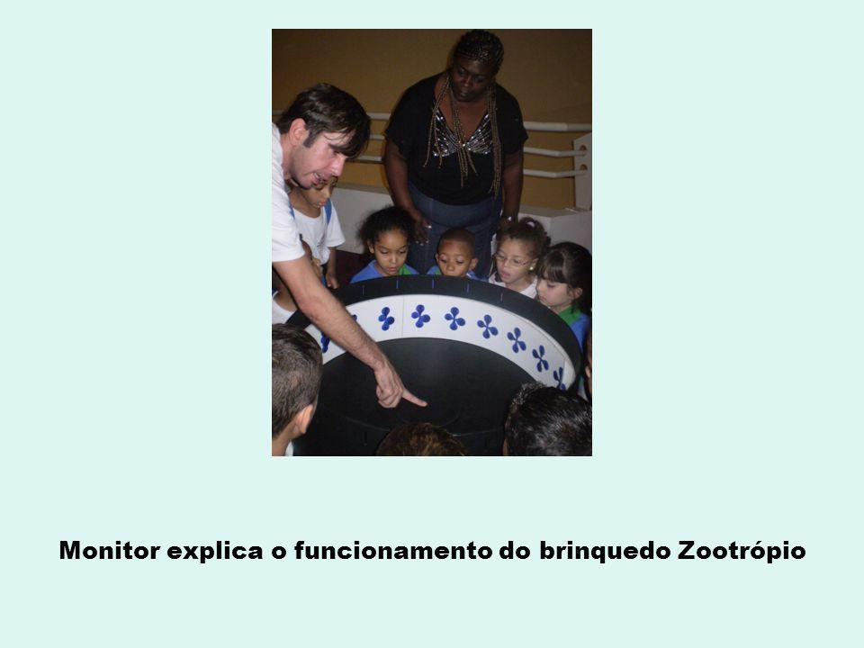 Monitor explica o funcionamento do brinquedo Zootrópio