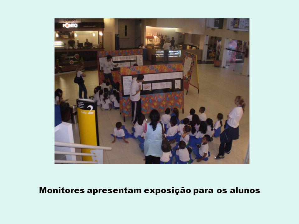 Monitores apresentam exposição para os alunos