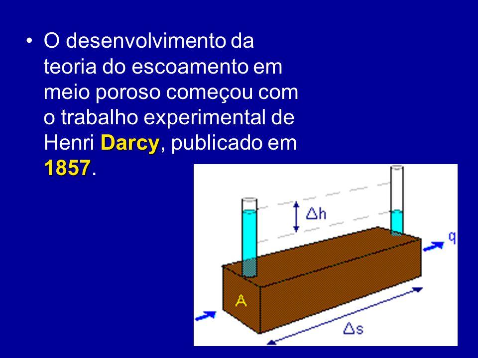 O desenvolvimento da teoria do escoamento em meio poroso começou com o trabalho experimental de Henri Darcy, publicado em 1857.