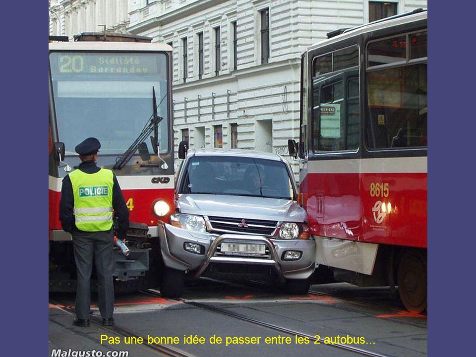 Pas une bonne idée de passer entre les 2 autobus...