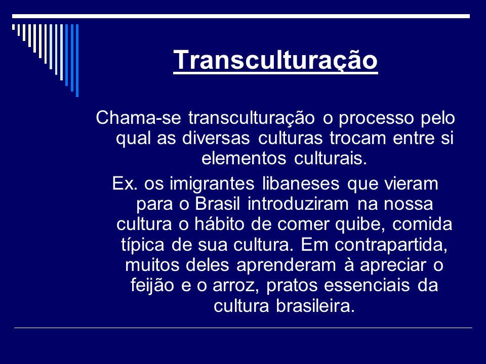 Transculturação Chama-se transculturação o processo pelo qual as diversas culturas trocam entre si elementos culturais.