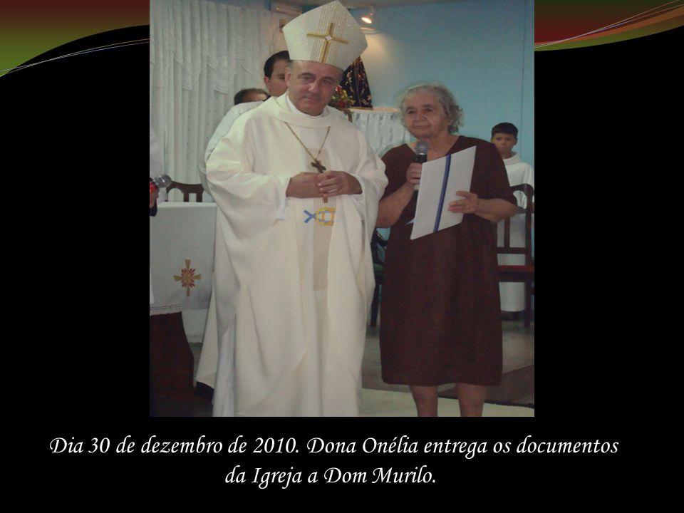 Dia 30 de dezembro de 2010. Dona Onélia entrega os documentos da Igreja a Dom Murilo.