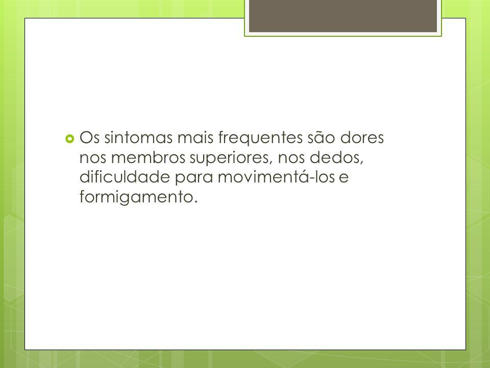 Os sintomas mais frequentes são dores nos membros superiores, nos dedos, dificuldade para movimentá-los e formigamento.