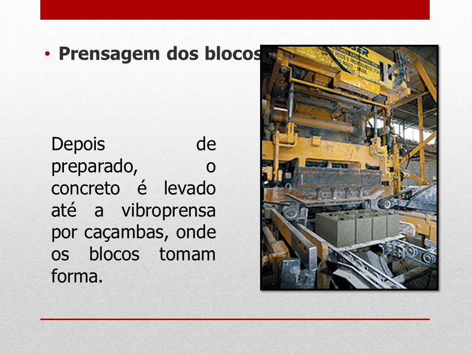 Prensagem dos blocos Depois de preparado, o concreto é levado até a vibroprensa por caçambas, onde os blocos tomam forma.