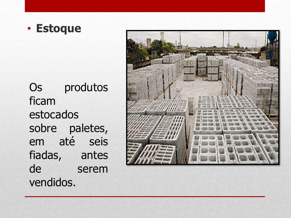 Estoque Os produtos ficam estocados sobre paletes, em até seis fiadas, antes de serem vendidos.