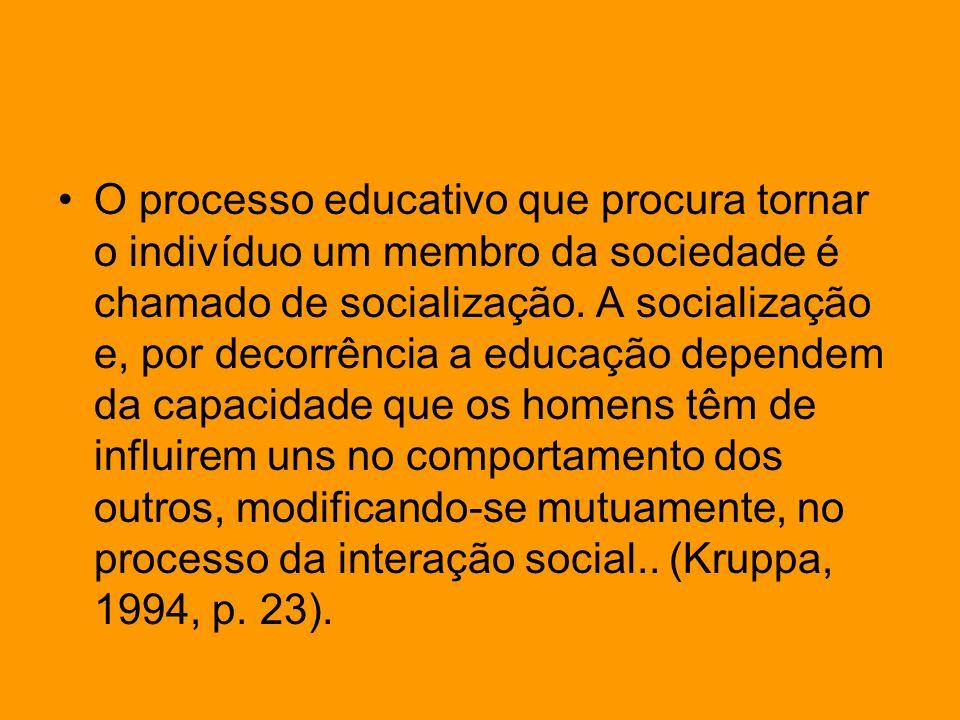 O processo educativo que procura tornar o indivíduo um membro da sociedade é chamado de socialização.