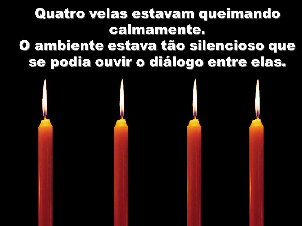 Quatro velas estavam queimando calmamente.
