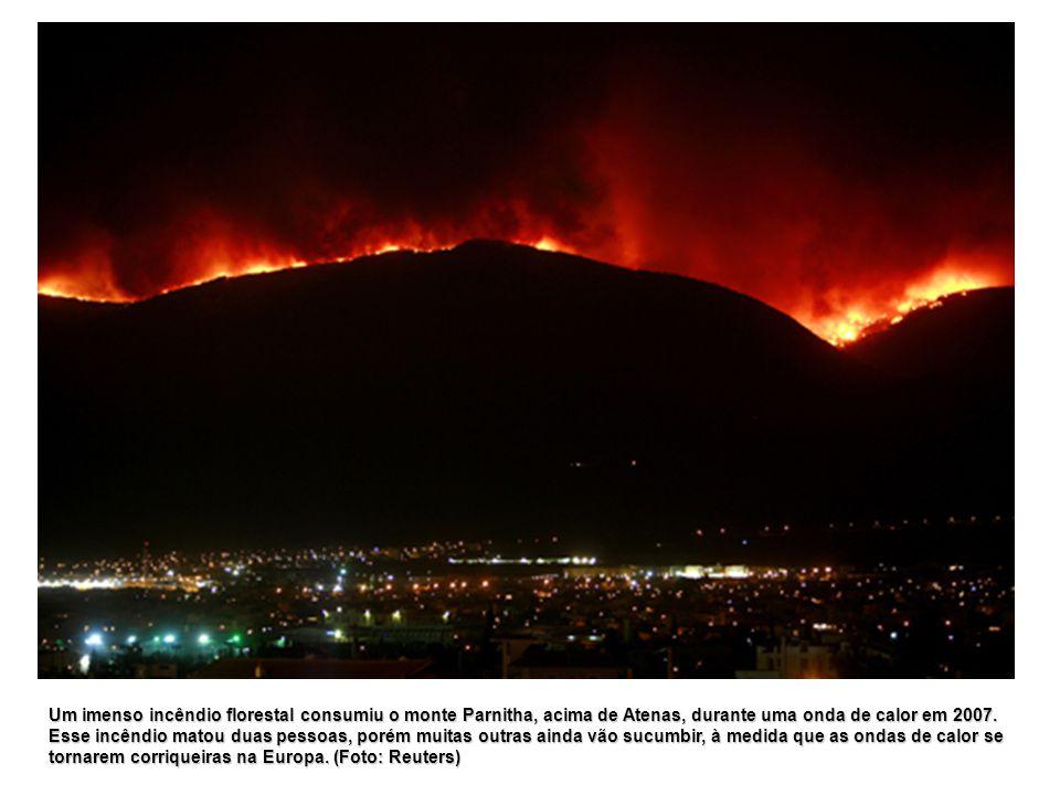 Um imenso incêndio florestal consumiu o monte Parnitha, acima de Atenas, durante uma onda de calor em 2007.