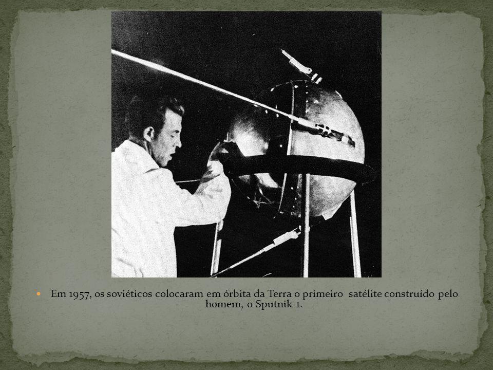 Em 1957, os soviéticos colocaram em órbita da Terra o primeiro satélite construído pelo homem, o Sputnik-1.