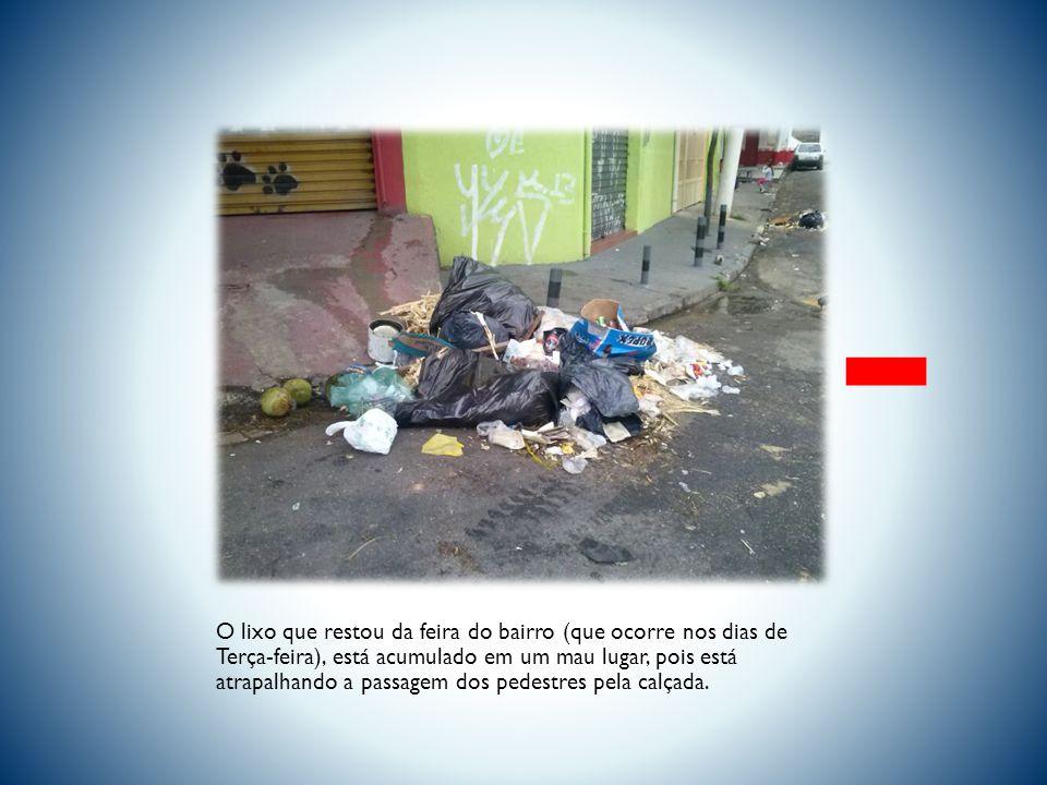 O lixo que restou da feira do bairro (que ocorre nos dias de Terça-feira), está acumulado em um mau lugar, pois está atrapalhando a passagem dos pedestres pela calçada.