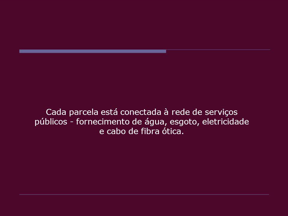 Cada parcela está conectada à rede de serviços públicos - fornecimento de água, esgoto, eletricidade e cabo de fibra ótica.