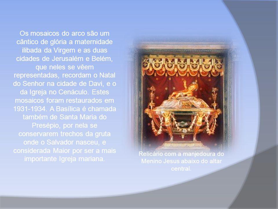 Relicário com a manjedoura do Menino Jesus abaixo do altar central.