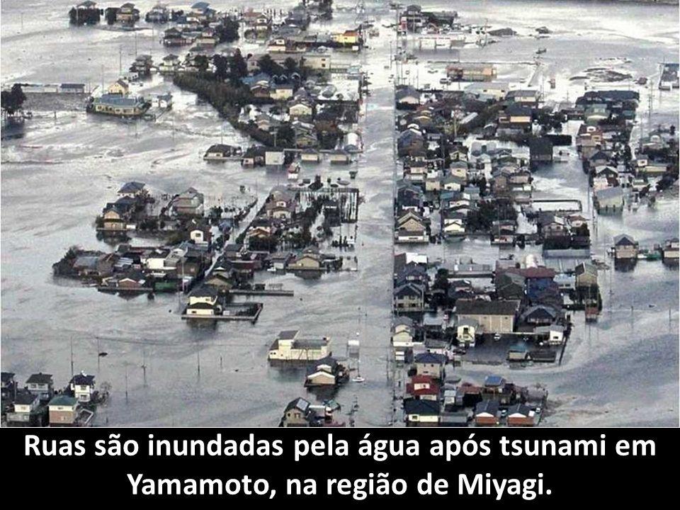 Ruas são inundadas pela água após tsunami em Yamamoto, na região de Miyagi.
