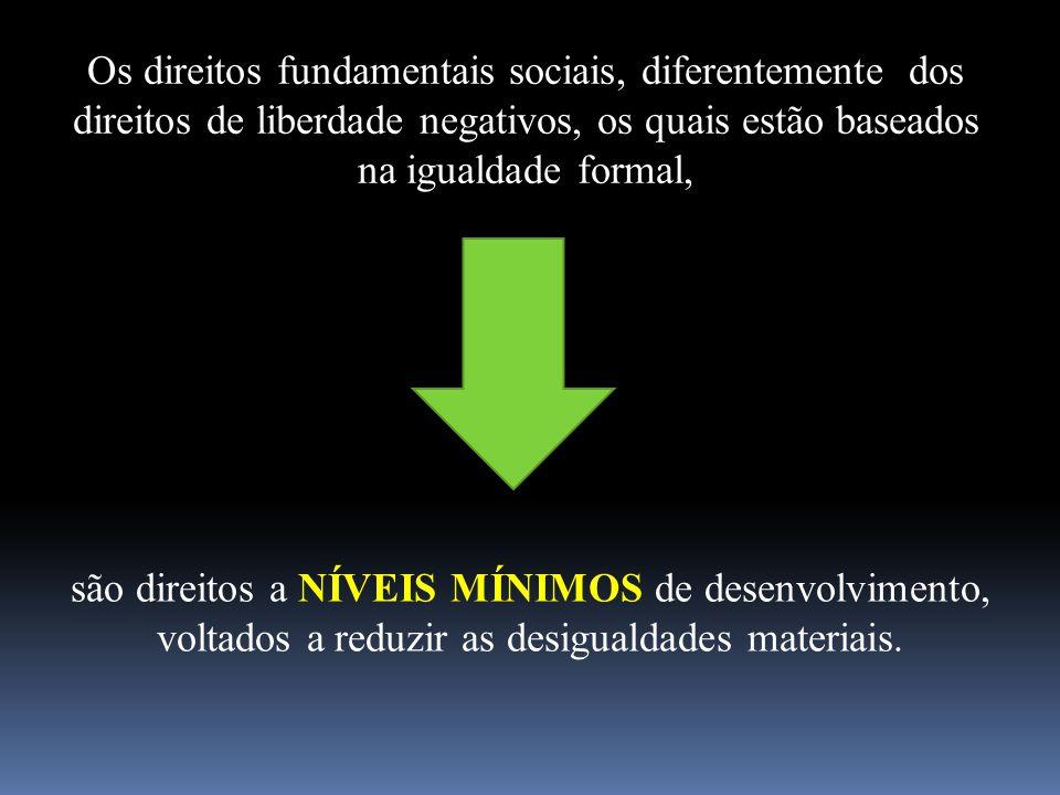 Os direitos fundamentais sociais, diferentemente dos direitos de liberdade negativos, os quais estão baseados na igualdade formal,