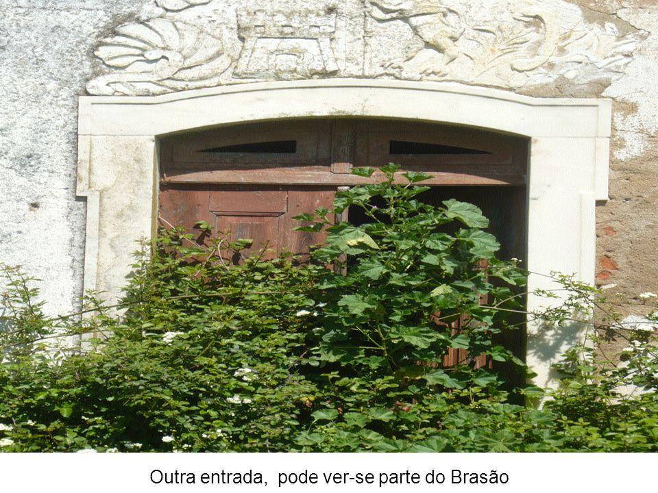 Outra entrada, pode ver-se parte do Brasão