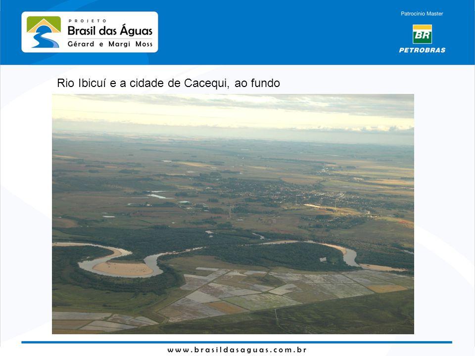 Rio Ibicuí e a cidade de Cacequi, ao fundo