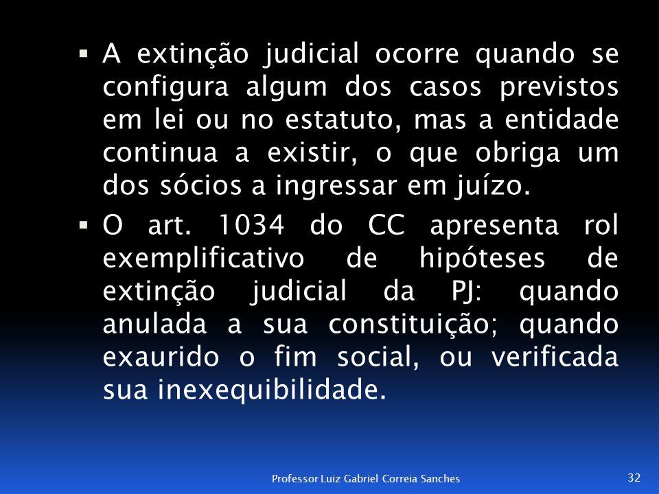 A extinção judicial ocorre quando se configura algum dos casos previstos em lei ou no estatuto, mas a entidade continua a existir, o que obriga um dos sócios a ingressar em juízo.