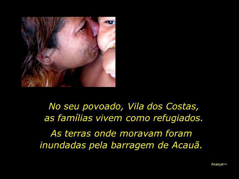 No seu povoado, Vila dos Costas, as famílias vivem como refugiados.
