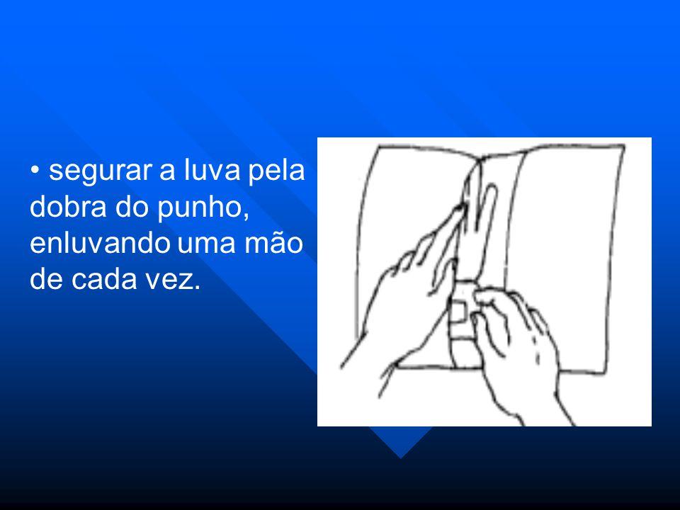 segurar a luva pela dobra do punho, enluvando uma mão de cada vez.