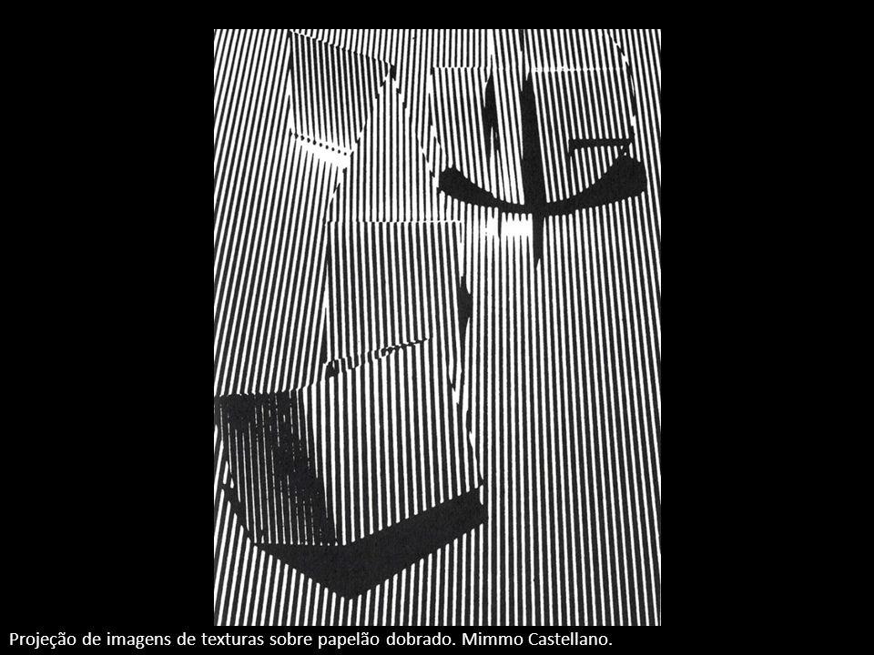 Projeção de imagens de texturas sobre papelão dobrado. Mimmo Castellano.