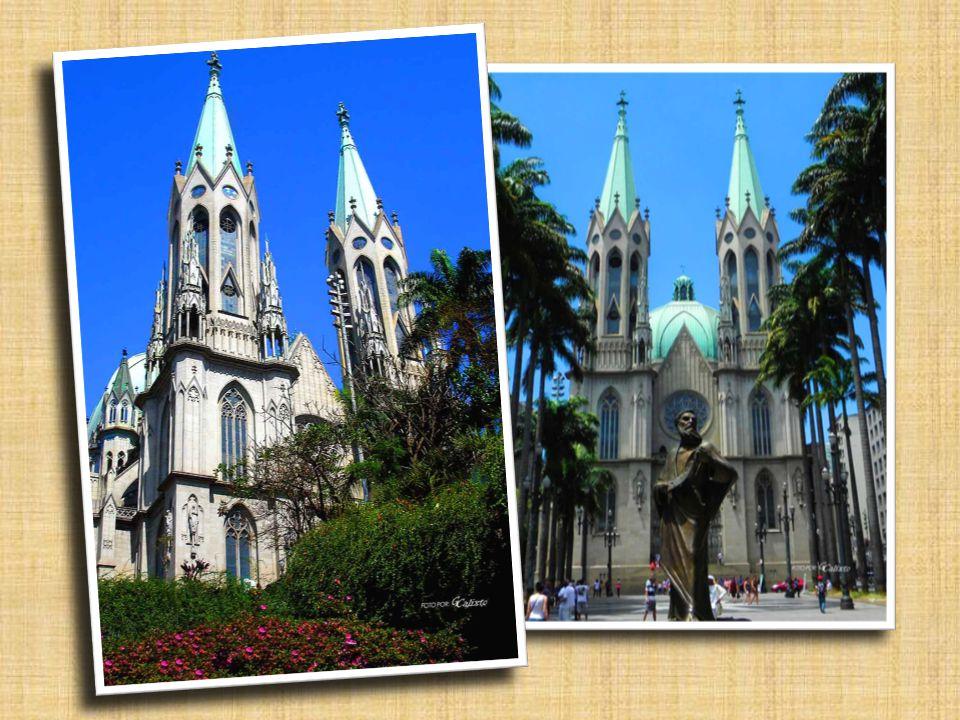 Nosso passeio se inicia junto ao marco-zero da cidade, mostrando a catedral de São Paulo, inicialmente de baixo.