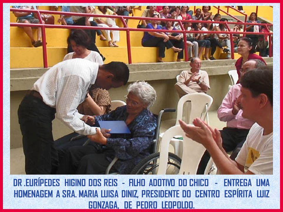 DR .EURÍPEDES HIGINO DOS REIS - FILHO ADOTIVO DO CHICO - ENTREGA UMA HOMENAGEM A SRA.