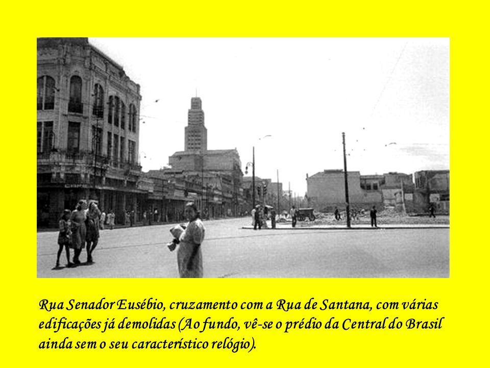 Rua Senador Eusébio, cruzamento com a Rua de Santana, com várias edificações já demolidas (Ao fundo, vê-se o prédio da Central do Brasil ainda sem o seu característico relógio).