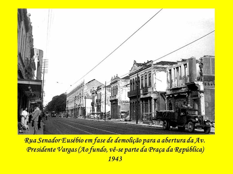 Rua Senador Eusébio em fase de demolição para a abertura da Av