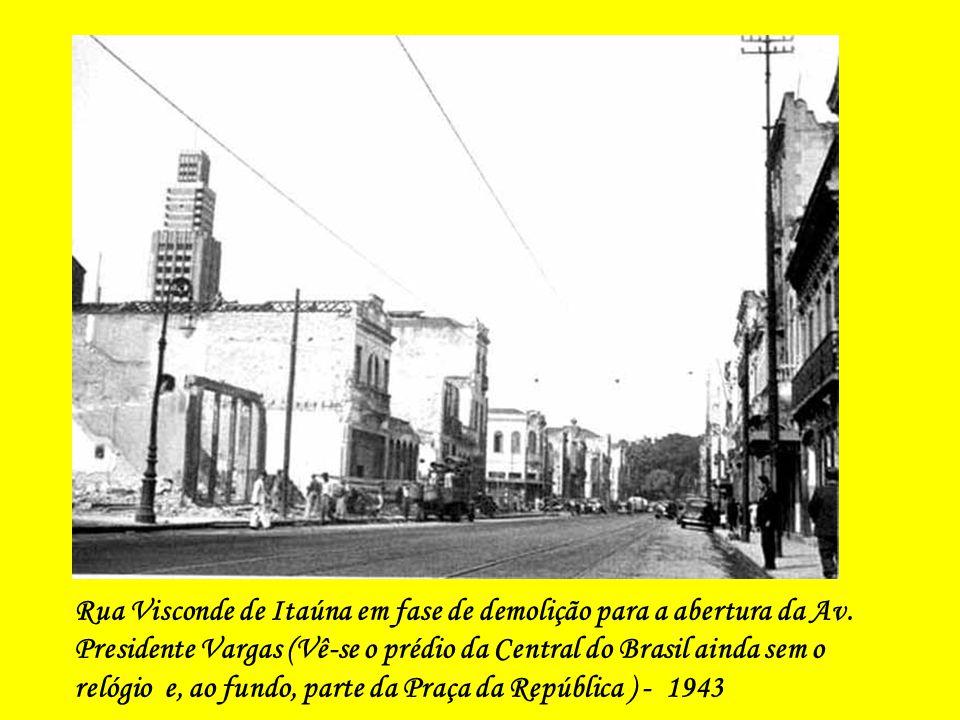 Rua Visconde de Itaúna em fase de demolição para a abertura da Av